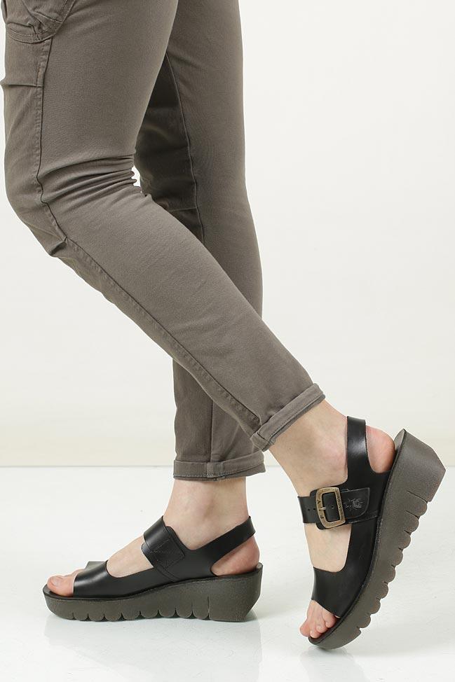 Sandały skórzane na koturnie Fly London P14390700