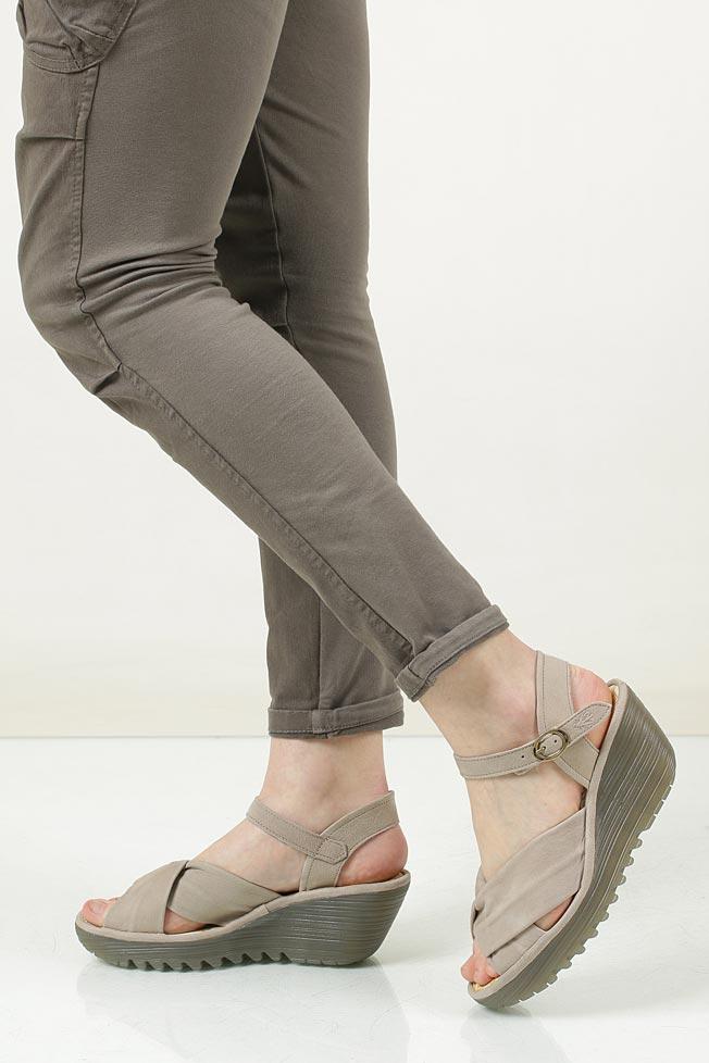 Sandały skórzane na koturnie Fly London P500712014 jasny beżowy
