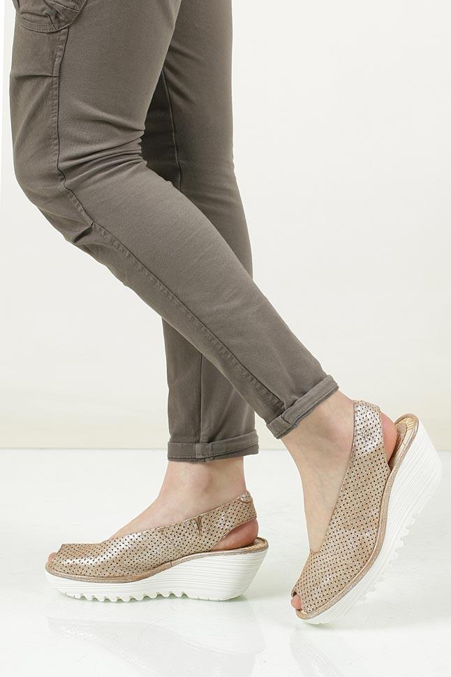 Sandały skórzane na koturnie Fly London P50073600