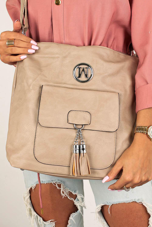 Beżowa torebka listonoszka z kieszonką z przodu i metalową ozdobą Casu W-528