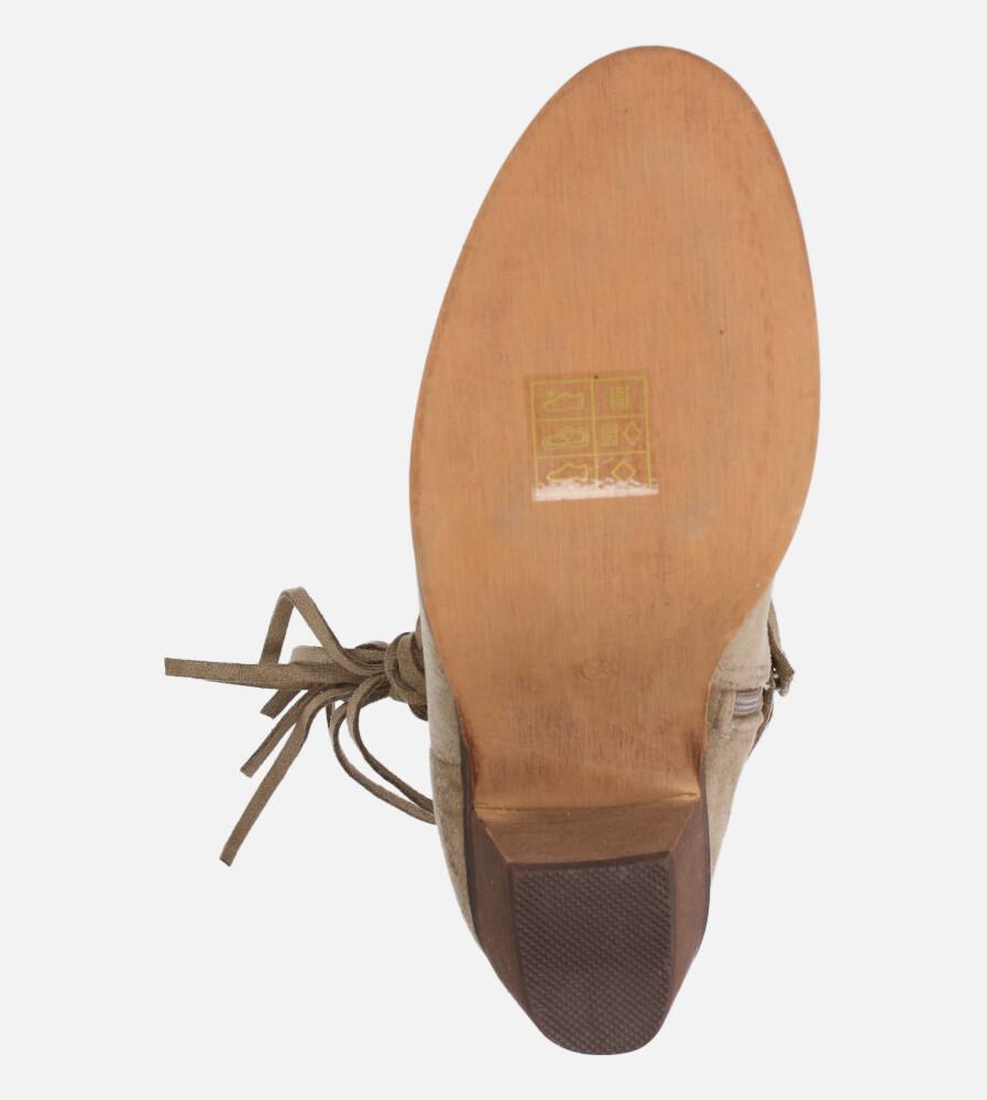 Beżowe botki kowbojki ażurowe z ozdobnym wiązaniem na niskim obcasie Casu D20X25/T style Kowbojki