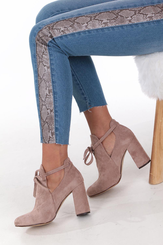 botki na słupku sandały