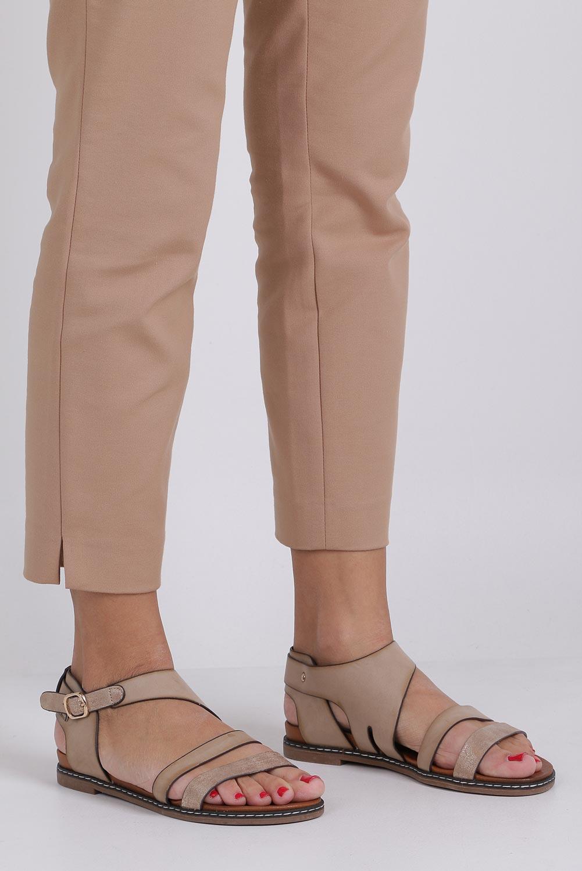 Beżowe lekkie sandały płaskie z błyszczącym paskiem Casu K19X15/T sezon Lato
