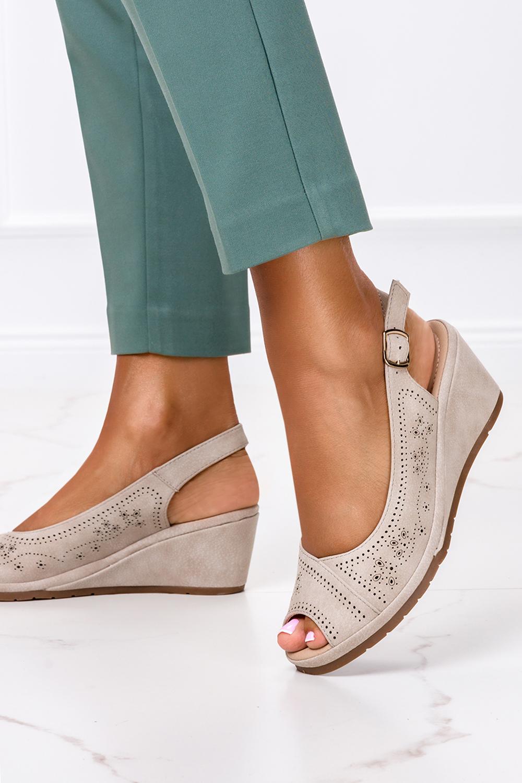 Beżowe sandały ażurowe na koturnie Casu W19X14/B