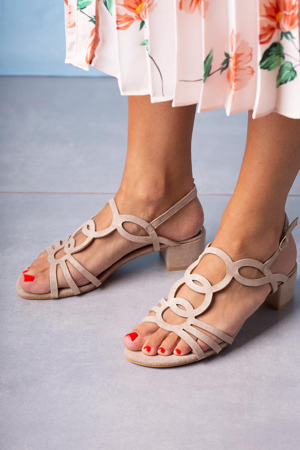 Beżowe sandały błyszczące na niskim obcasie z wycięciami ze skórzaną wkładką Casu A20X3/BE beżowy