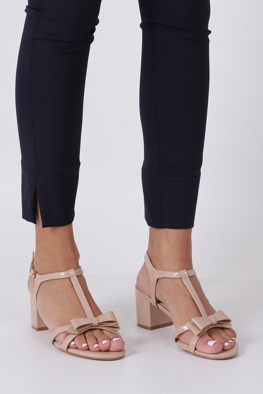 Beżowe sandały lakierowane ze skórzaną wkładką na niskim obcasie kokardka Casu N19X1/BE beżowy