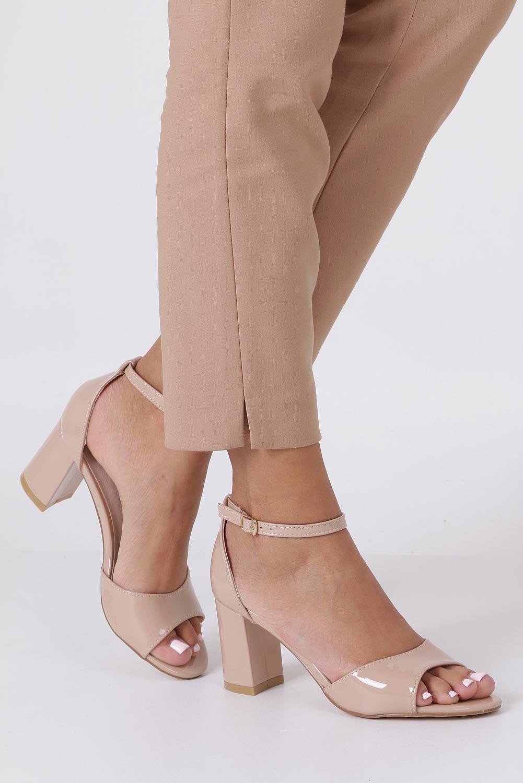 Beżowe sandały lakierowane ze skórzaną wkładką z zakrytą piętą i paskiem wokół kostki Casu N19X4/NP jasny beżowy