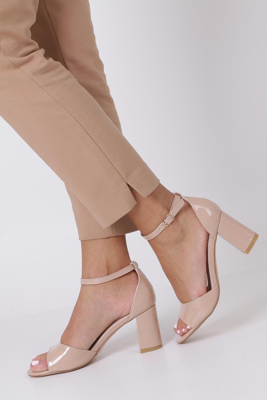 Beżowe sandały lakierowane ze skórzaną wkładką z zakrytą piętą i paskiem wokół kostki Casu N19X4/NP sezon Lato