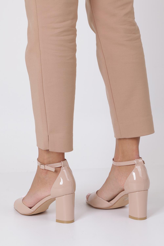 Beżowe sandały lakierowane ze skórzaną wkładką z zakrytą piętą i paskiem wokół kostki Casu N19X4/NP kolor jasny beżowy