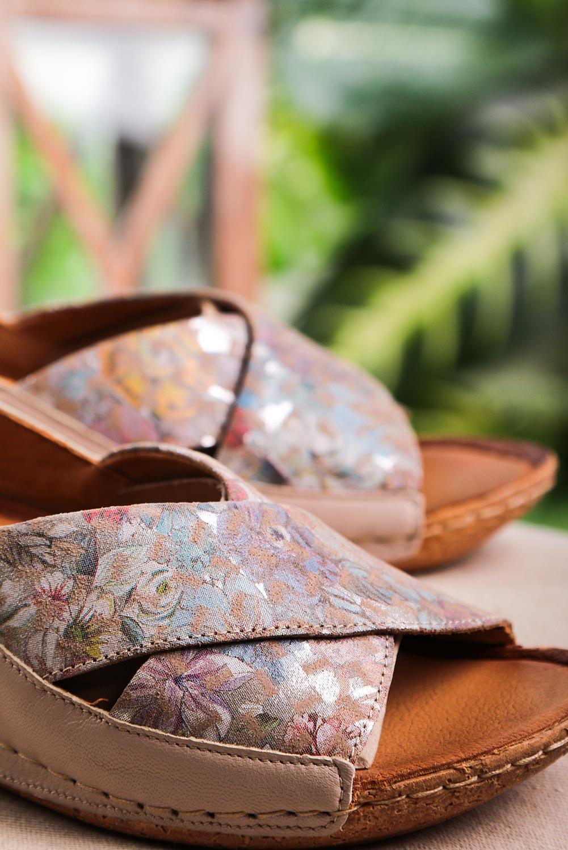 Beżowe sandały Maciejka skórzane z paskami na krzyż w kwiatki 00994-43/00-5 beżowy