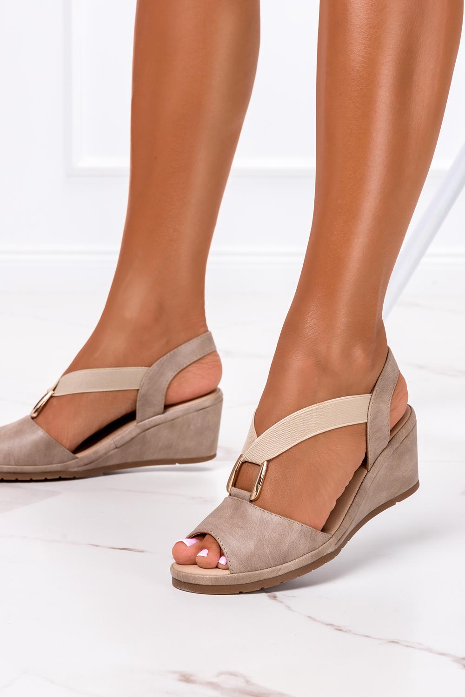 Beżowe sandały na koturnie z gumką metalowa ozdoba Casu W19X15/B producent Casu
