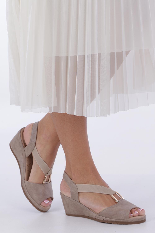 Beżowe sandały na koturnie z gumką metalowa ozdoba Casu W19X15/B sezon Lato