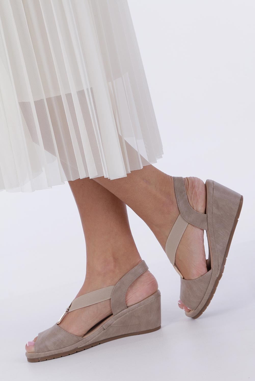 Beżowe sandały na koturnie z gumką metalowa ozdoba Casu W19X15/B kolor beżowy