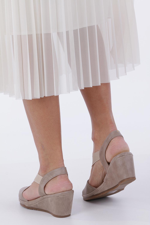 Beżowe sandały na koturnie z gumką metalowa ozdoba Casu W19X15/B wysokosc_obcasa 6 cm