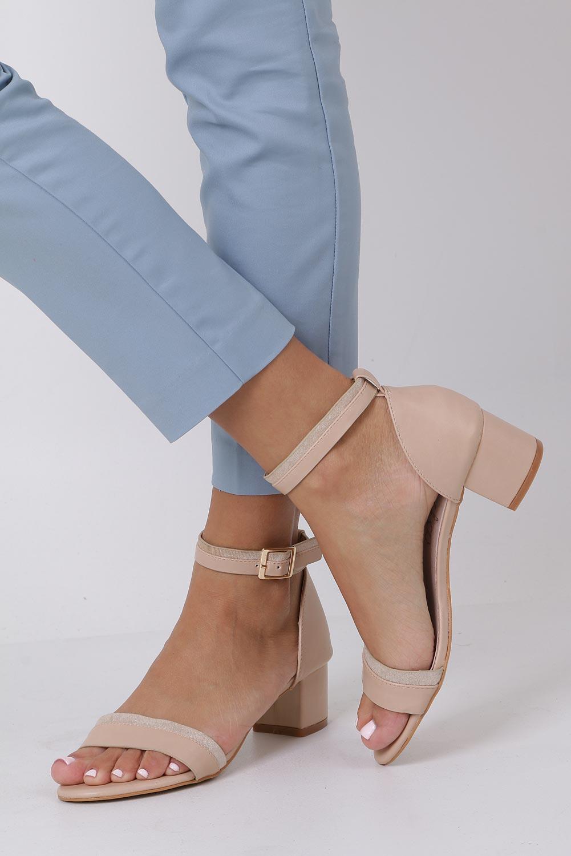 Beżowe sandały na niskim obsacie z zakrytą piętą pasek wokół kostki skórzana wkładka Casu R19X7/BE producent Casu