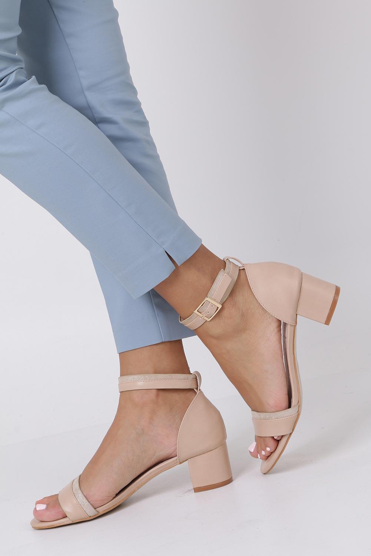 Beżowe sandały na niskim obsacie z zakrytą piętą pasek wokół kostki skórzana wkładka Casu R19X7/BE sezon Lato
