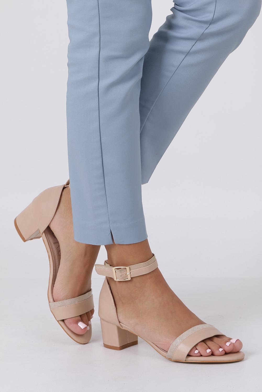 Beżowe sandały na niskim obsacie z zakrytą piętą pasek wokół kostki skórzana wkładka Casu R19X7/BE kolor beżowy
