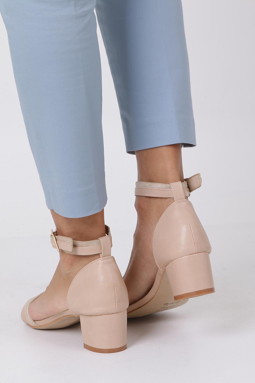 Beżowe sandały na niskim obsacie z zakrytą piętą pasek wokół kostki skórzana wkładka Casu R19X7/BE wysokosc_obcasa 5 cm