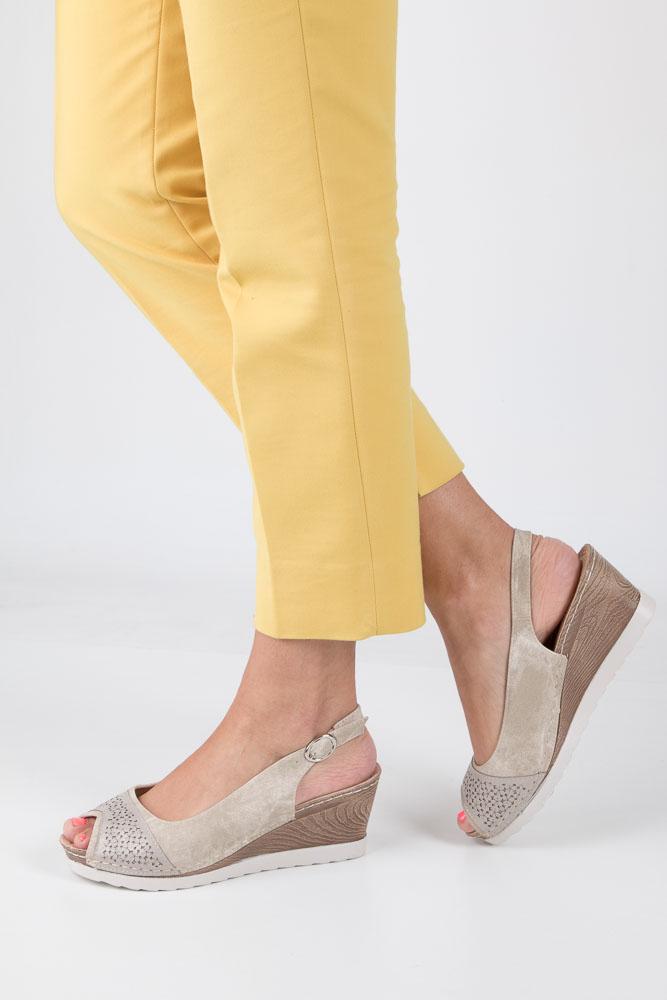 Beżowe sandały peep toe na koturnie z odkrytymi palcami i piętą ze skórzaną wkładką Casu W18X4/B