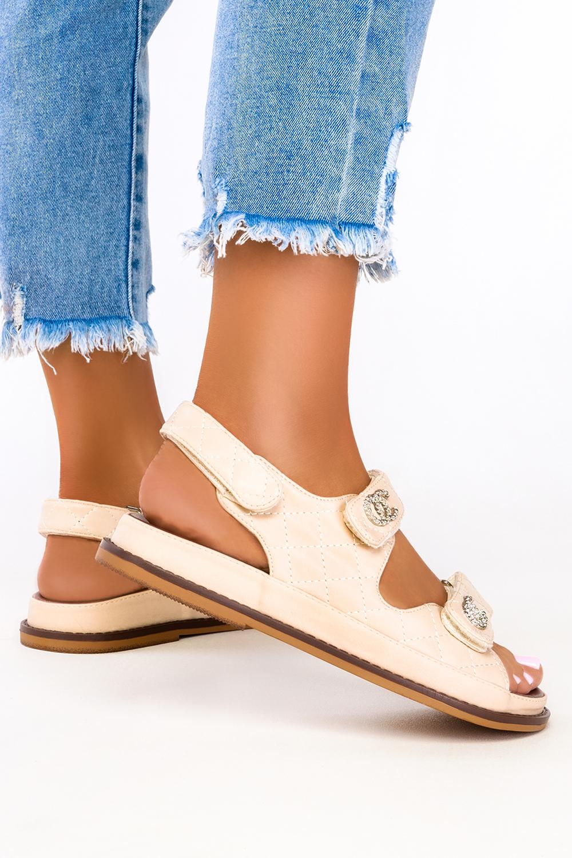 Beżowe sandały pikowane na platformie z metalową ozdobą Casu NS186P