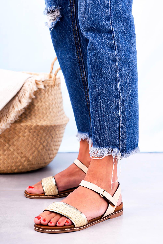 Beżowe sandały płaskie z błyszczącym paskiem Casu K20X2/BE kolor beżowy, srebrny