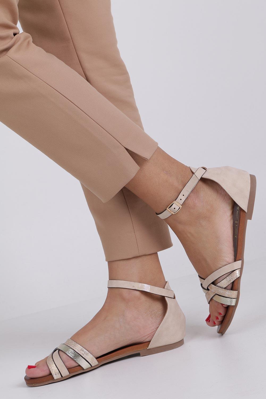 Beżowe sandały płaskie z zakrytą piętą i paskiem wokół kostki Casu K18X9/BE producent Casu