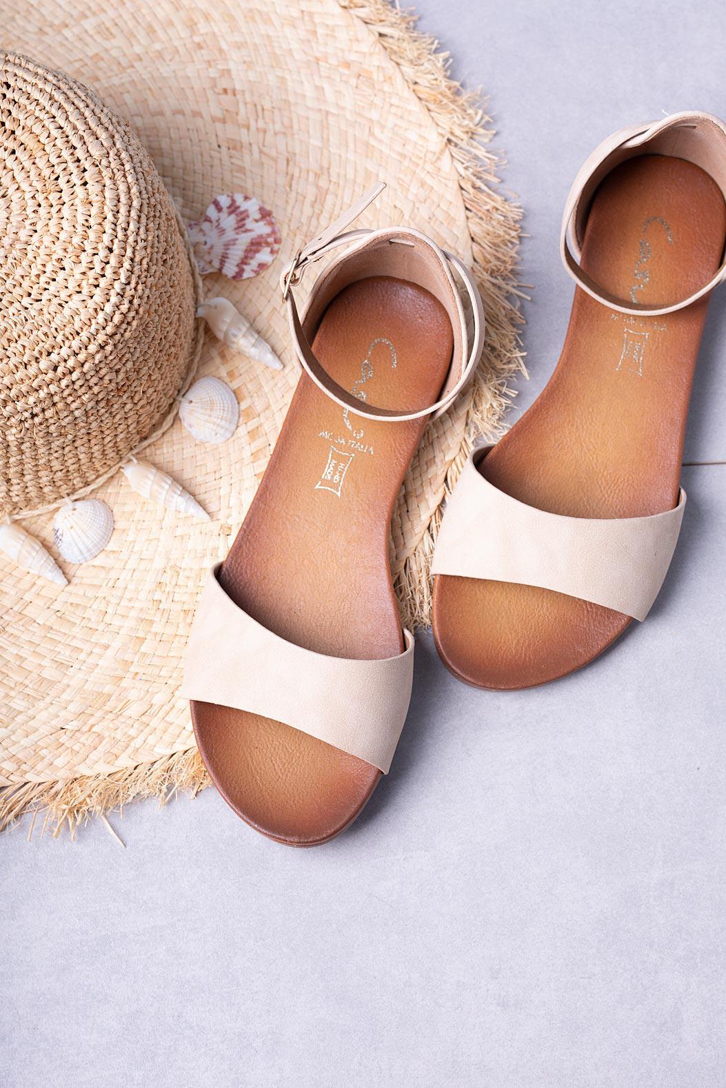 Beżowe sandały płaskie z zakrytą piętą i paskiem wokół kostki Casu K19X16/BE