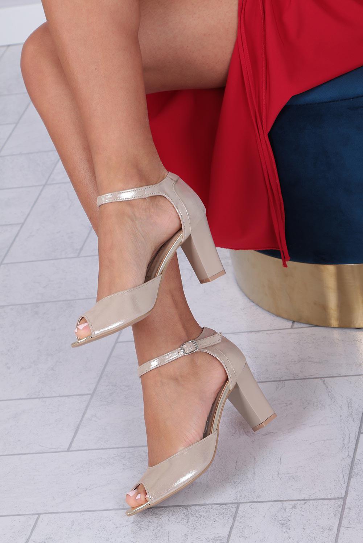 Beżowe sandały skórzane błyszczące na słupku z zakrytą piętą i paskiem wokół kostki Casu 370