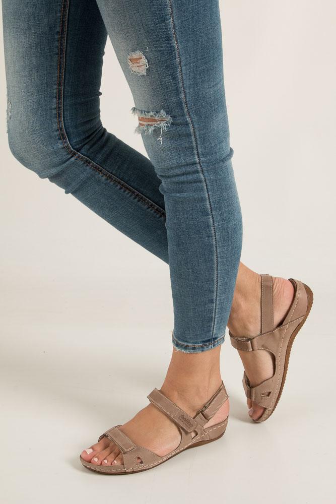 Beżowe sandały skórzane na koturnie Helios 205