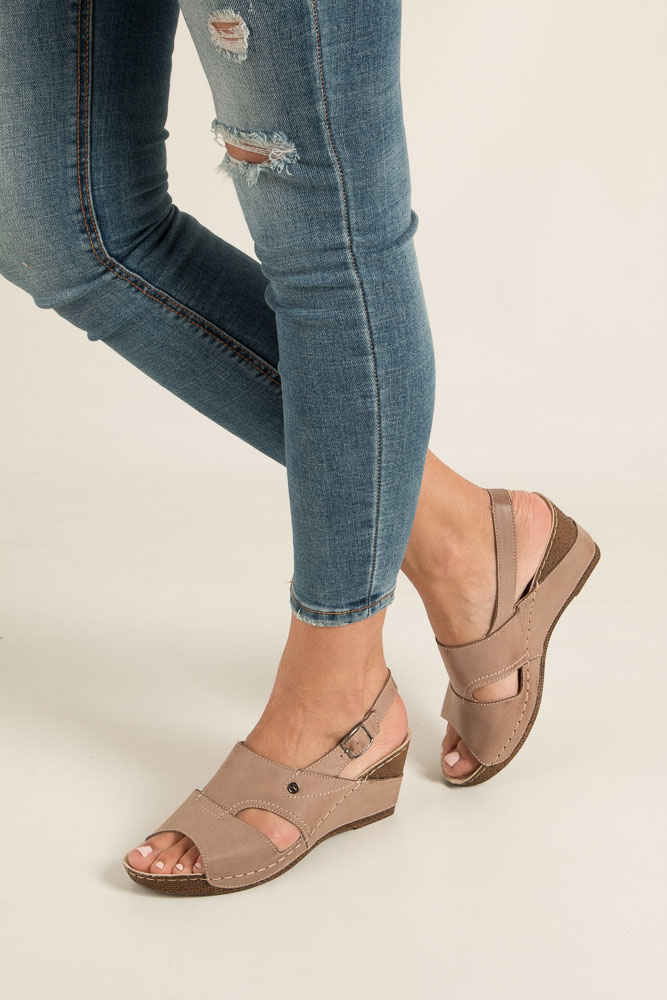 Beżowe sandały skórzane na koturnie Helios 217 beżowy