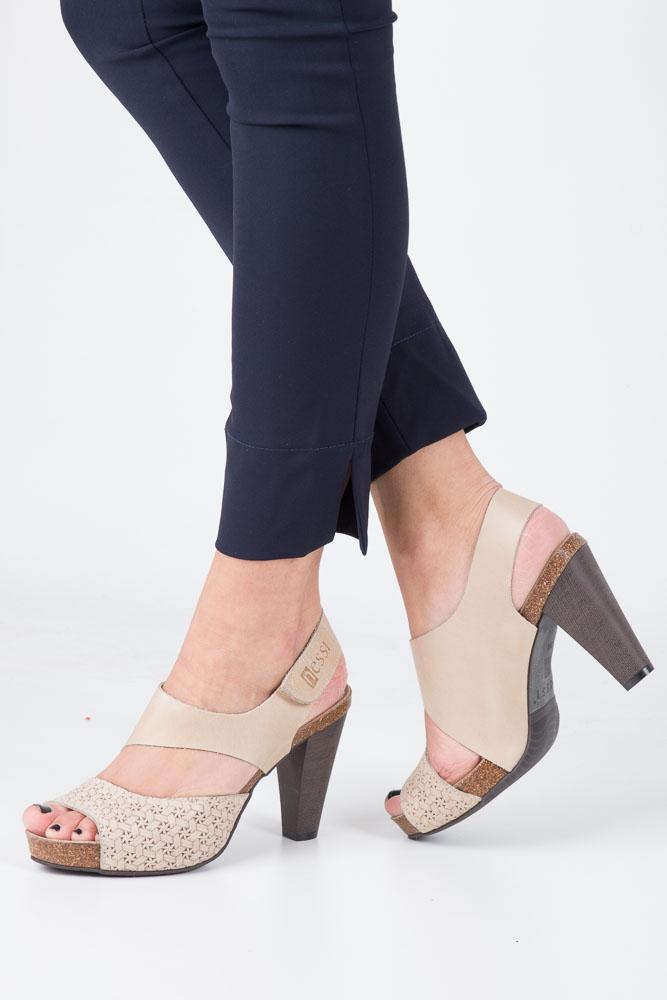 Beżowe sandały skórzane na słupku Nessi 42103