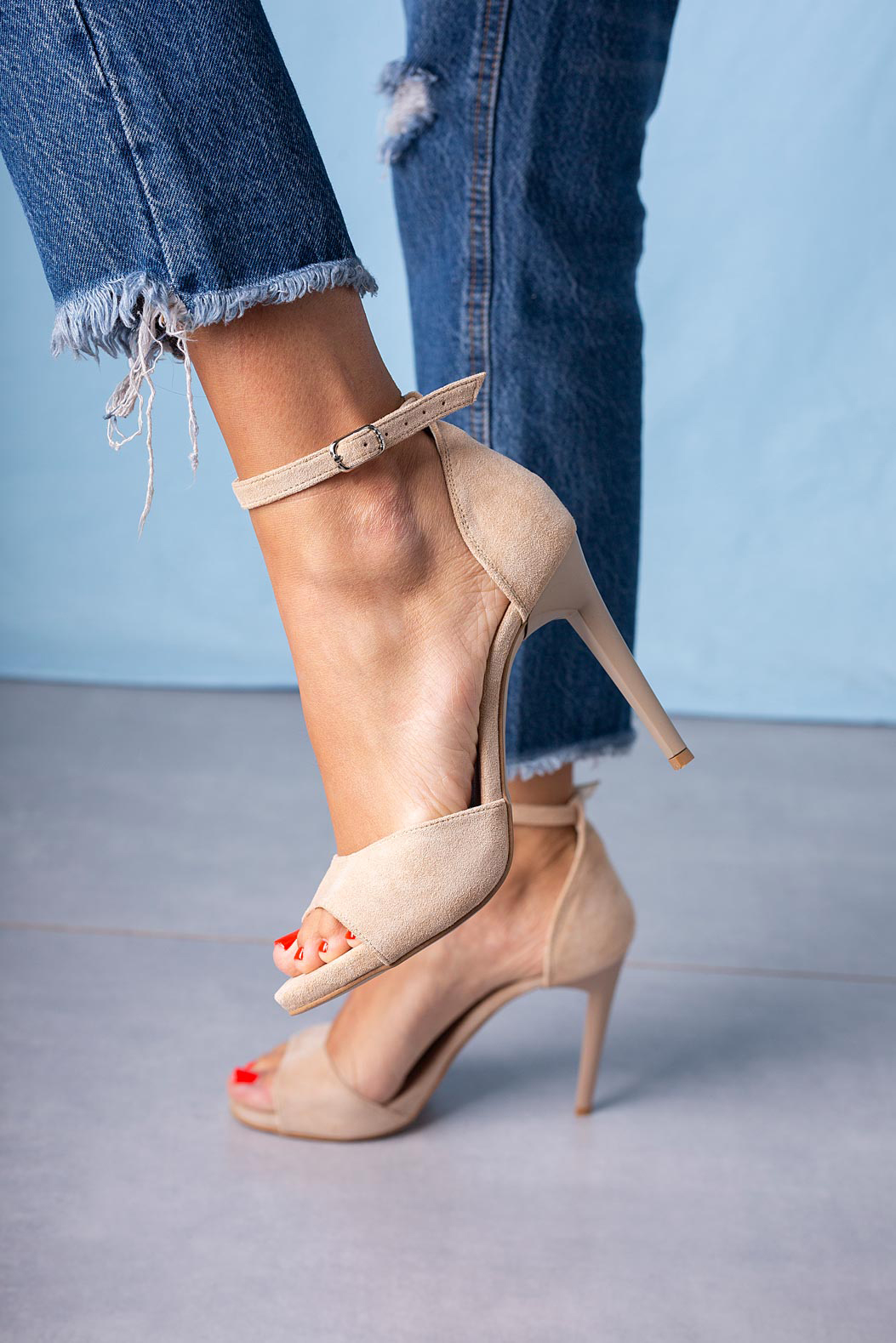 Beżowe sandały szpilki z zakrytą piętą i paskiem wokół kostki Casu 1590/1 producent Casu