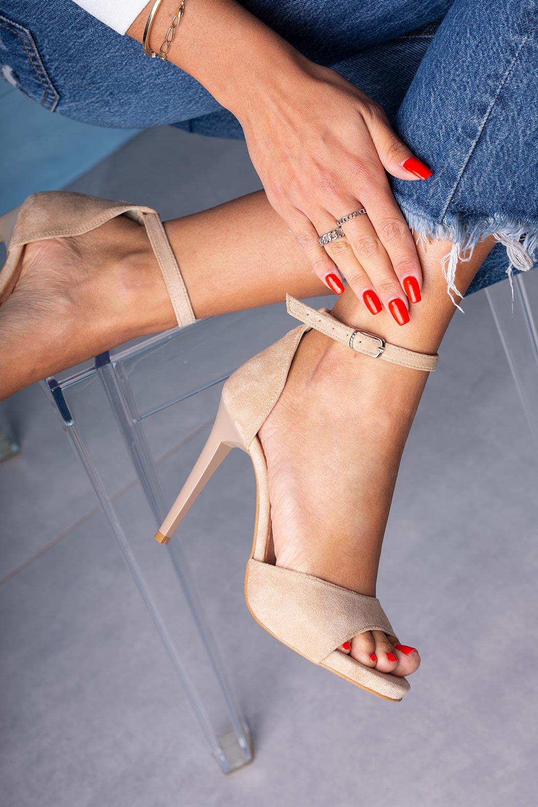 Beżowe sandały szpilki z zakrytą piętą i paskiem wokół kostki Casu 1590/1 sezon Lato
