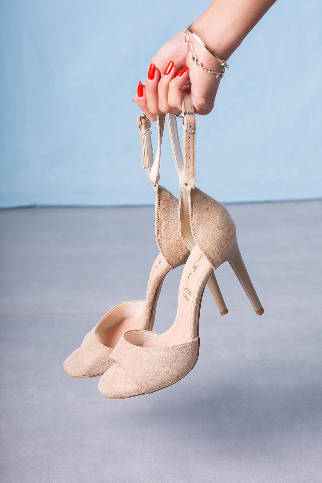 Beżowe sandały szpilki z zakrytą piętą i paskiem wokół kostki Casu 1590/1 kolor beżowy
