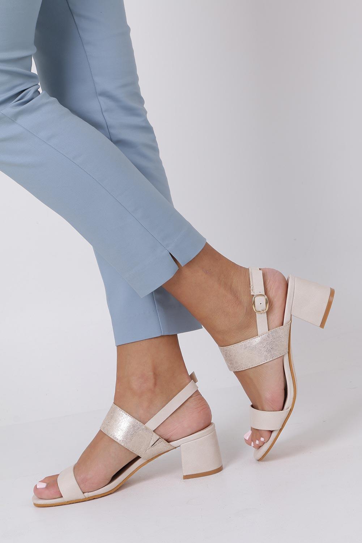 Beżowe sandały z błyszczącym paskiem na niskim obcasie skórzana wkładka Casu E19X2/BE