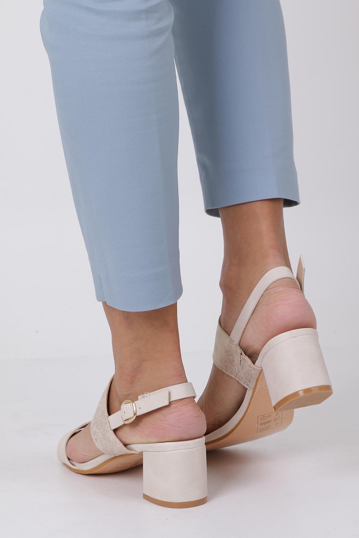 Beżowe sandały z paskiem błyszczącym na niskim obcasie skórzana wkładka Casu E19X2/BE wysokosc_obcasa 5.5 cm