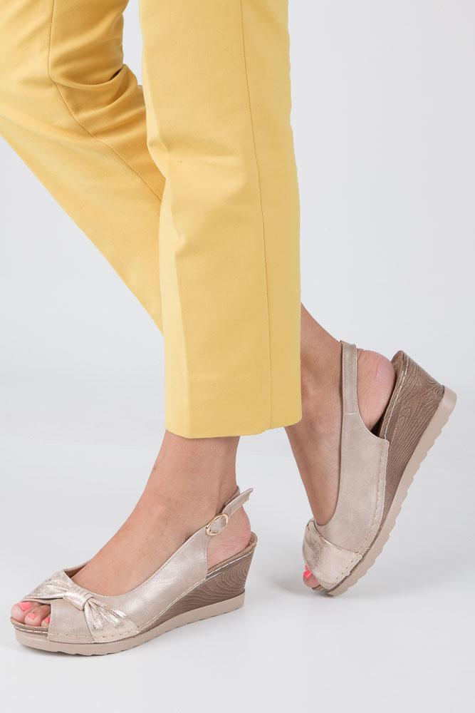 Beżowe sandały z kokardą na koturnie peep toe z odkrytymi palcami i piętą ze skórzaną wkładką Casu W18X2/B beżowy