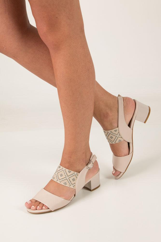 Beżowe sandały z nitami  na niskim obcasie Jezzi SA119-3 beżowy