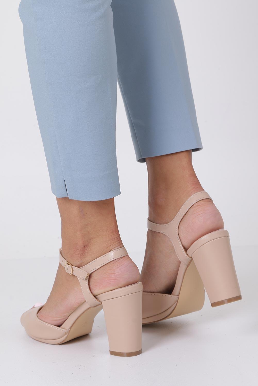Beżowe sandały ze skórzaną wkładką na słupku z paskiem przez środek Casu DD19X5/BE kolor jasny beżowy