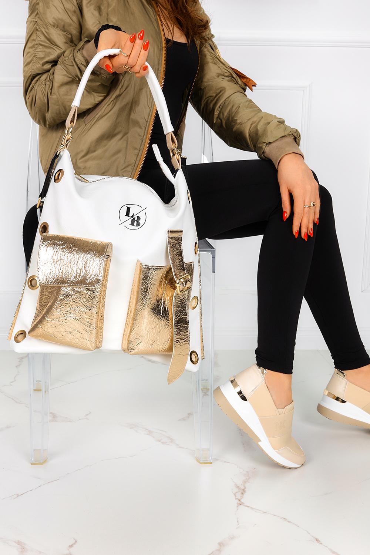 Biała torebka worek z kieszeniami z przodu i dużymi nitami po bokach Laura Biaggi 319145