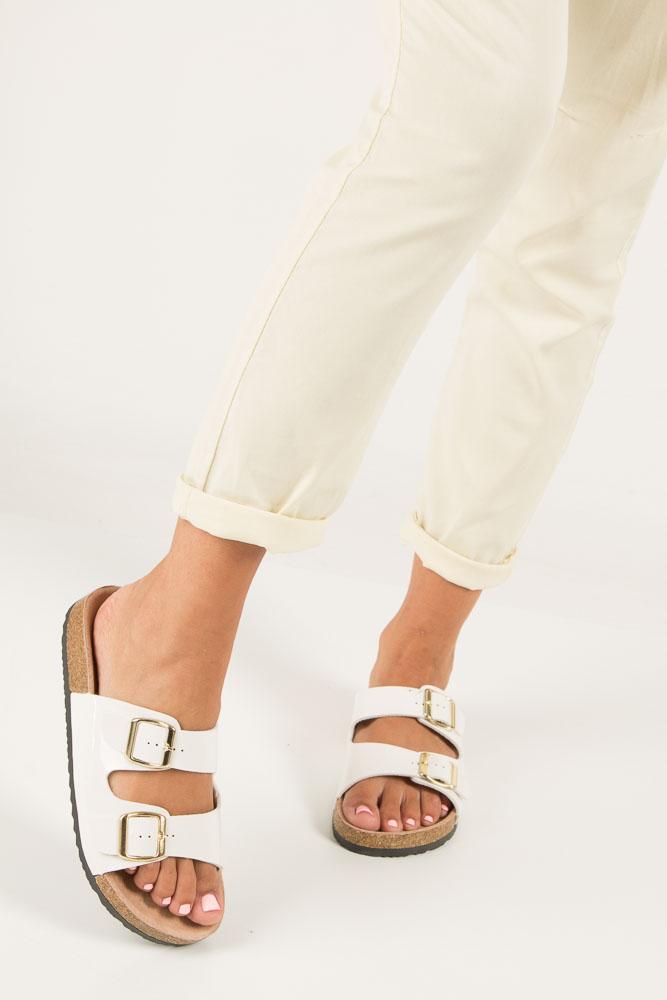 Białe lakierowane klapki z dwoma paskami z komfortową skórzaną wkładką i profilowaną korkową podeszwą Casu B18X2/WP wierzch skóra ekologiczna- lakier
