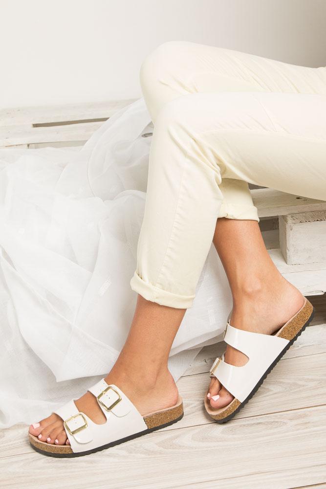 Białe lakierowane klapki z dwoma paskami z komfortową skórzaną wkładką i profilowaną korkową podeszwą Casu B18X2/WP wnetrze skóra ekologiczna