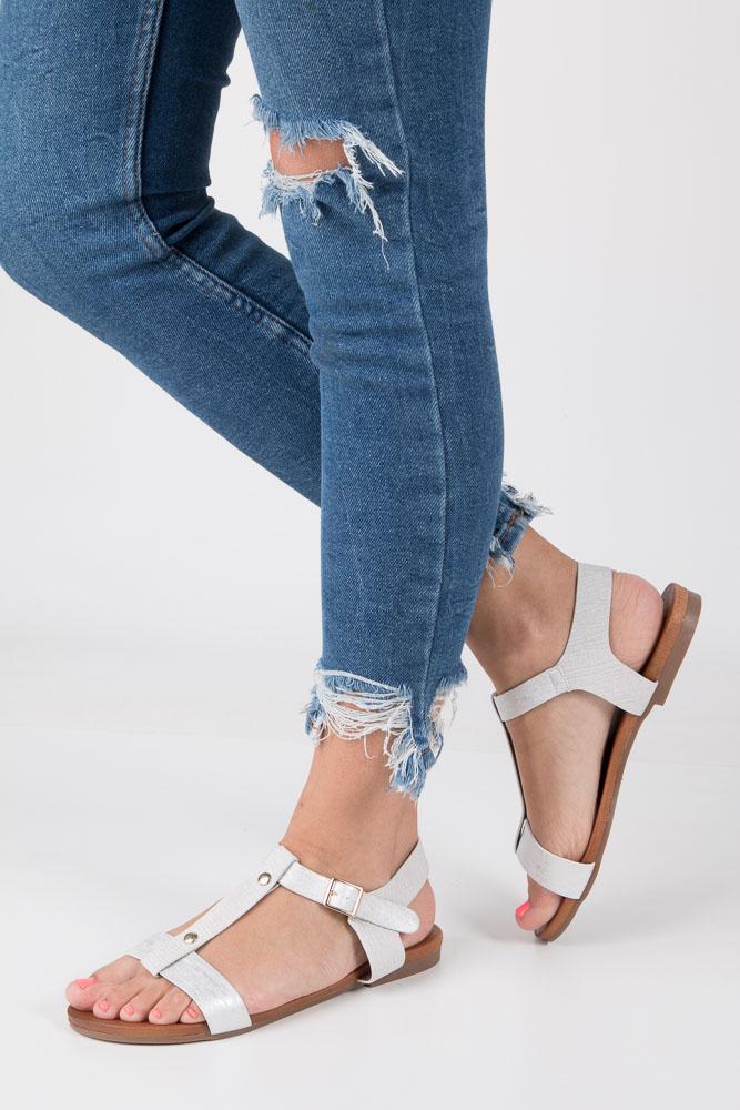 Białe lekkie sandały damskie płaskie z paskiem przez środek Casu K18X1/W model K18X1/W
