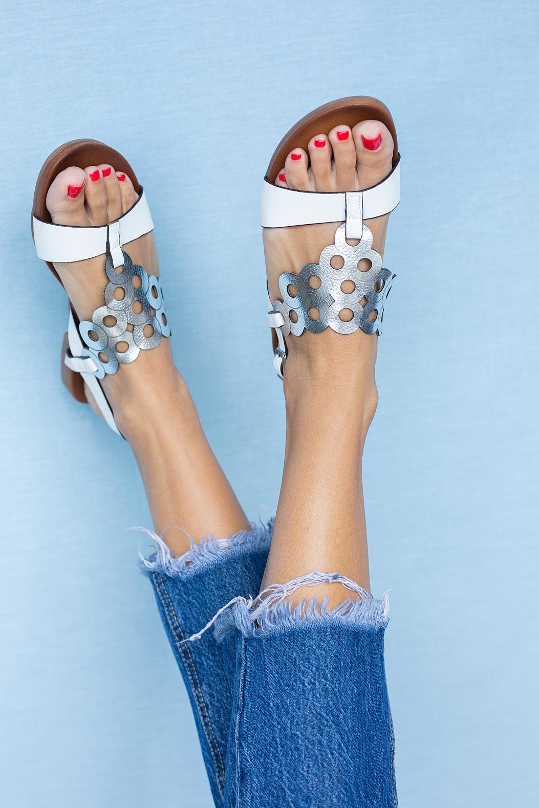Białe lekkie sandały płaskie ażurowe błyszczące Casu K19X14/WS sezon Lato