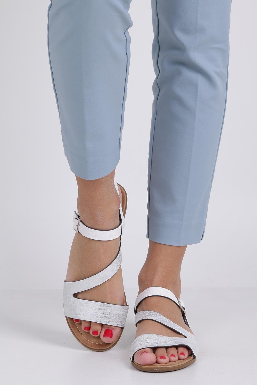 Białe lekkie sandały płaskie błyszczące Casu K19X9/W