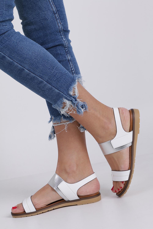 Białe lekkie sandały płaskie z błyszczącą gumką Casu K19X7/W producent Casu