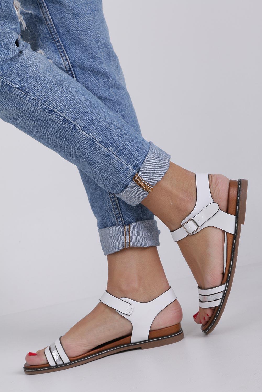Białe lekkie sandały płaskie z błyszczącym paskiem Casu K19X13/W producent Casu