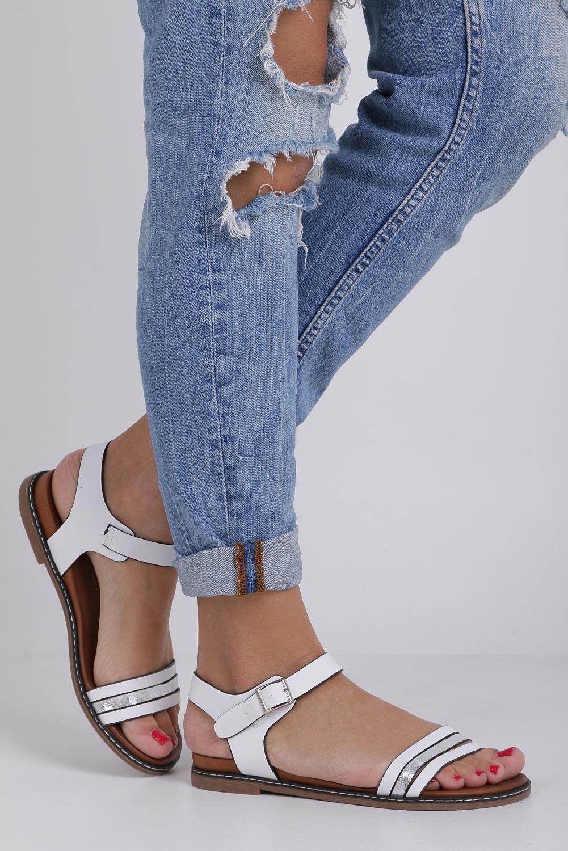Białe lekkie sandały płaskie z błyszczącym paskiem Casu K19X13/W kolor biały