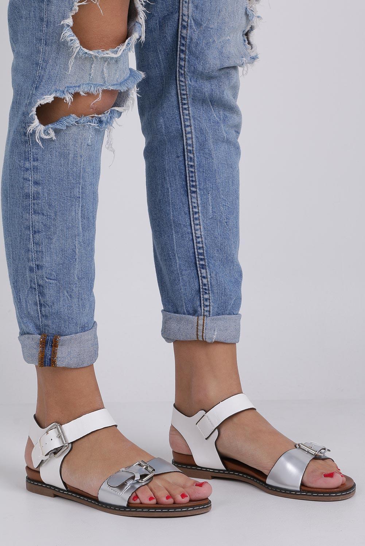 Białe modne sandały ze srebrnymi klamrami Casu K18X12/W biały