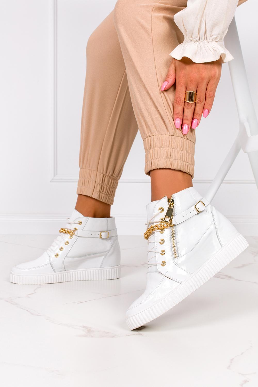 Białe sneakersy lakierowane z łańcuszkiem na ukrytym koturnie polska skóra Casu 2351 biały